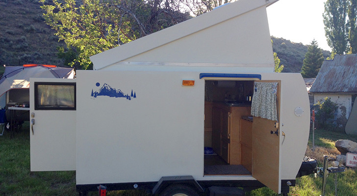Handcrafted Tiny Camping Trailer Has A Hatched Roof And A Surprising Floor Decór